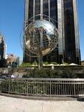 在第59个街道哥伦布圈子地铁站,纽约,美国的地球雕塑 库存照片
