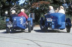 在第35个Pebble海滩Concours葡萄酒车展期间,一个小组Bugatti所有者驾驶他们的经典汽车下来寻址1,加州1985年 免版税库存照片