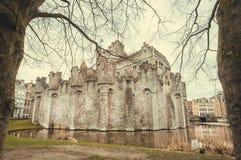 在第12座世纪Gravensteen砖城堡的墙壁的附近湖在跟特,比利时 图库摄影