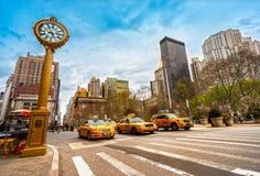 在第5条大道,纽约,美国的黄色出租汽车。 库存照片
