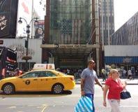 在第34条街道上的步行者在Penn驻地,长岛铁路, MTA LIRR, NYC,美国附近 免版税图库摄影
