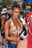 在第34次每年美人鱼游行期间的式样Hailey Clauson taling的采访在科尼岛 库存图片