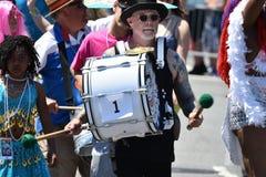 在第34次每年美人鱼游行的迪克Zigun行军在科尼岛 免版税库存照片