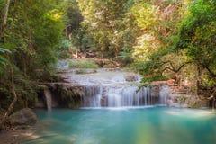 在第3级爱侣湾瀑布国家公园, Kanjanaburi泰国的深森林瀑布 免版税库存照片