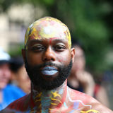 在第4 NYC人体彩绘天期间,艺术家绘所有形状和大小100个充分地裸体模特儿  免版税库存照片