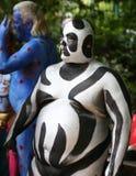 在第4 NYC人体彩绘天期间,艺术家绘所有形状和大小100个充分地裸体模特儿  库存图片