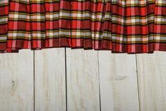 在笼子和木头纹理的纺织品 空白木表 在一只笼子的布料在白色木纹理 在桌上的五颜六色的织品 v 免版税库存图片