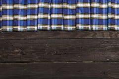在笼子和木头纹理的纺织品 黑木桌 在一只笼子的布料在黑木纹理 在桌上的五颜六色的织品 v 图库摄影