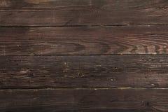 在笼子和木头纹理的纺织品 黑木桌 在一只笼子的布料在黑木纹理 在桌上的五颜六色的织品 v 免版税库存照片