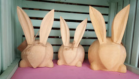在笼子的三个木复活节野兔 图库摄影