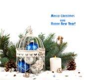 在笼子的蓝色和银色圣诞节球 免版税库存照片