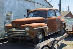 在等待买家的拖车的一个1948年福特轿车 免版税库存照片