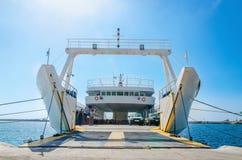 在等待在港口的空的轮渡内部的看法 免版税库存图片