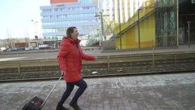 在等待她的火车的驻地平台的年轻女人赛跑 影视素材