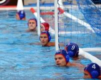 在等待开始的球门线的俄国waterpolo队 库存照片