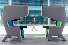在等待的大厅内部的两把现代扶手椅子 免版税图库摄影