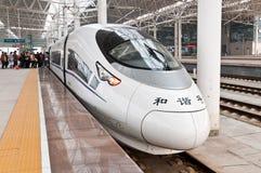 在等待的平台的现代火车 免版税图库摄影