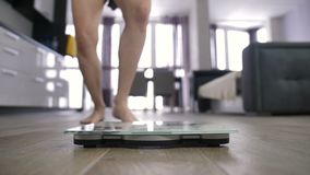 在等级和庆祝减重的女性腿 股票录像