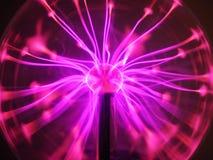 在等离子地球或球的紫色和桃红色等离子细丝 免版税库存照片
