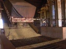 在筒仓的大豆转储 库存图片
