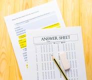 在答案纸和问题板料的铅笔 库存照片