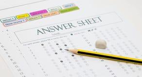在答案纸的铅笔 免版税库存图片