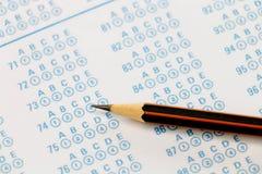 在答案纸的铅笔 库存照片