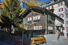 在策马特手段,瓦雷兹,瑞士的小行政区的典型的街道 库存照片