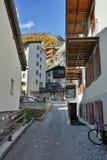 在策马特手段,瓦雷兹,瑞士的小行政区的典型的街道 图库摄影