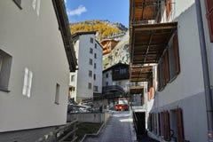 在策马特手段,瓦雷兹,瑞士的小行政区的典型的街道 免版税库存照片