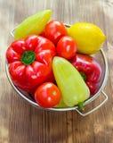 在筛子的菜滚保龄球,绿色和红辣椒,蕃茄, lemo 库存图片