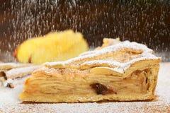 在筛糖的饼粉末的苹果 库存图片