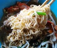 在筷子的方便面 免版税库存照片