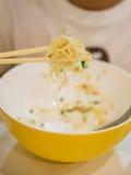 在筷子的鸡蛋面, 免版税库存照片