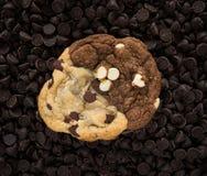 在筹码的巧克力曲奇饼 免版税库存照片