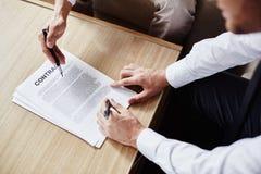 在签合同前 免版税图库摄影