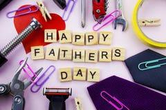 在简单的桃红色背景的父亲节消息与工具和领带框架  免版税图库摄影