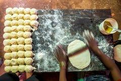 在简单的环境里准备薄煎饼 免版税库存图片
