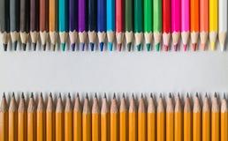 在简单的石墨前面的色的木铅笔在被隔绝的桌上书写 库存图片