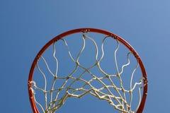在箍之下的球篮子 免版税库存照片