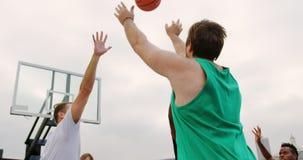 在箍4k的篮球运动员投掷的篮球 股票视频