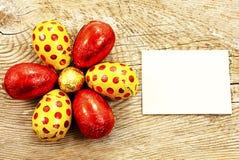 在箔包裹的五颜六色的巧克力复活节彩蛋 免版税库存照片