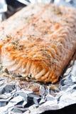 在箔的被烘烤的三文鱼 库存照片