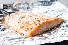 在箔的被烘烤的三文鱼 免版税库存照片