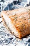 在箔的被烘烤的三文鱼 免版税库存图片