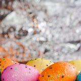在箔背景的五颜六色的复活节彩蛋, 免版税库存图片
