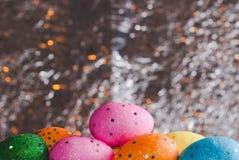 在箔背景的五颜六色的复活节彩蛋, 免版税库存照片