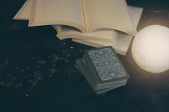 在算命者书桌桌上的占卜用的纸牌 未来读书 免版税图库摄影