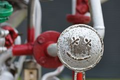 在管子建筑的兴高采烈的面孔 愉快的修理概念 免版税图库摄影