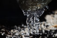 在管子的冰柱,结冰的水 冷的冬天天气概念,软的焦点,浅景深 前宏观视图 库存照片